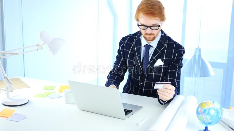 Homme d'affaires Busy dans des achats en ligne, concepteur Paying par la carte de crédit photographie stock libre de droits