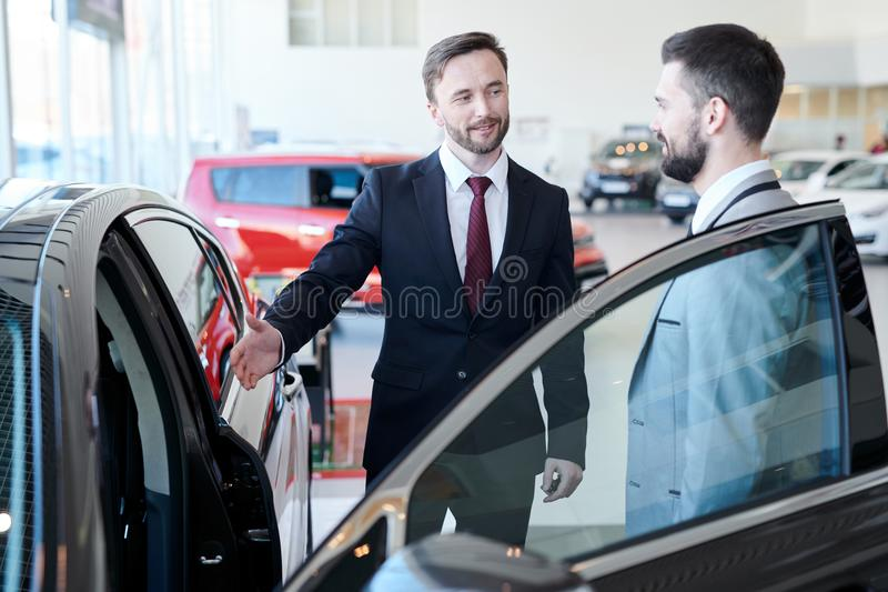 Homme d'affaires Buying New Car images libres de droits