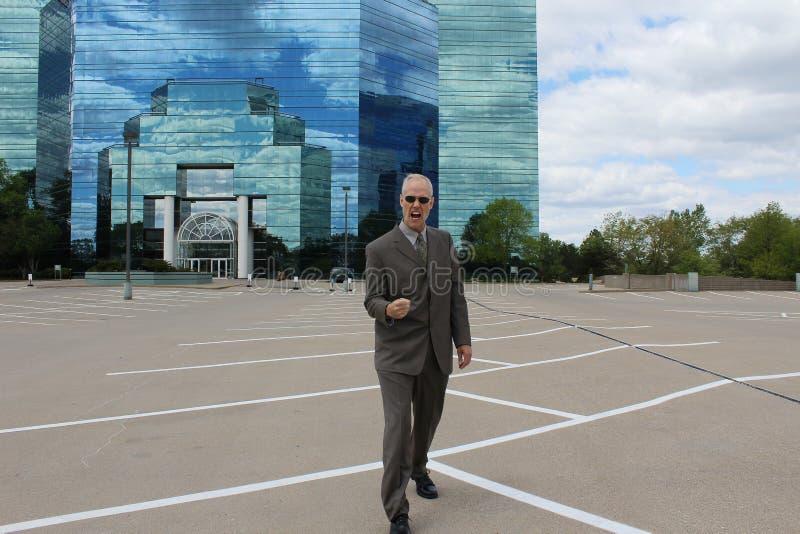 Homme d'affaires célébrant devant le bâtiment reflété image libre de droits