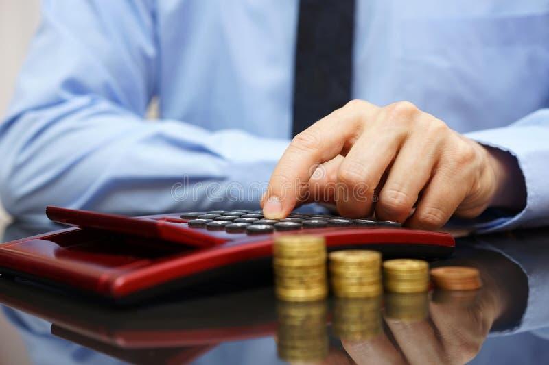 Homme d'affaires calculant le revenu croissant, photo libre de droits