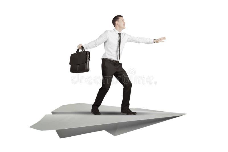 Homme d'affaires caucasien avec l'avion de papier d'isolement au-dessus du blanc photographie stock libre de droits