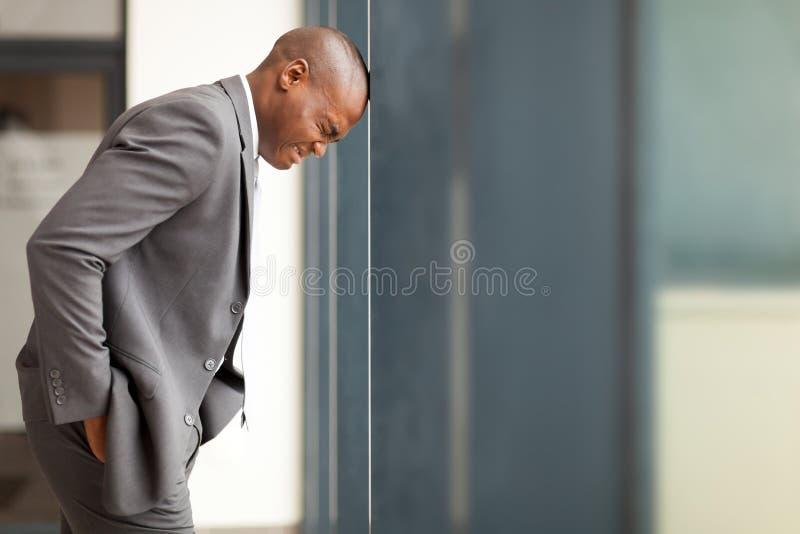 Homme d'affaires chargé photos stock