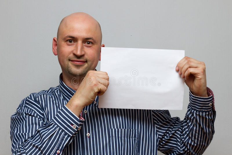 Homme d'affaires chauve heureux avec la bannière image stock
