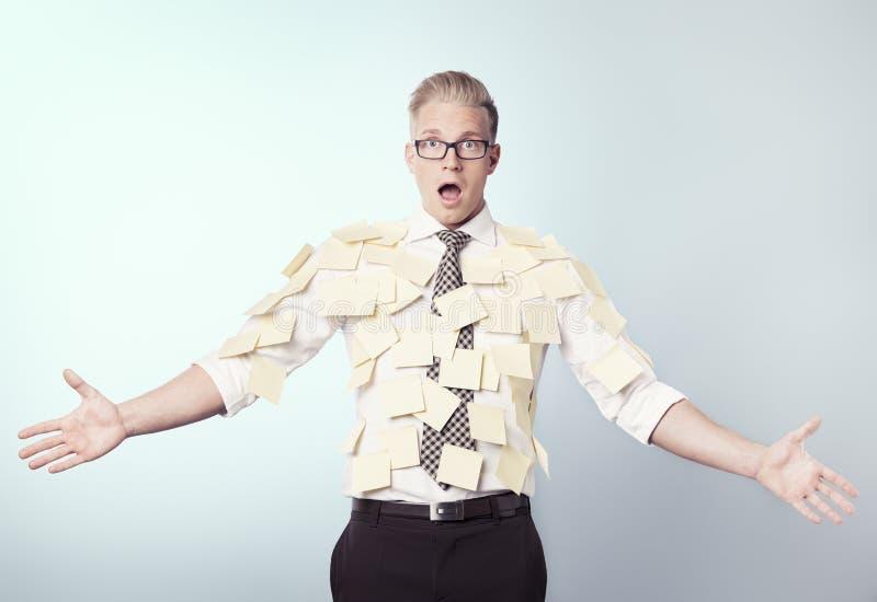 Homme d'affaires choqué couvert par les notes de post-it blanc. photo stock