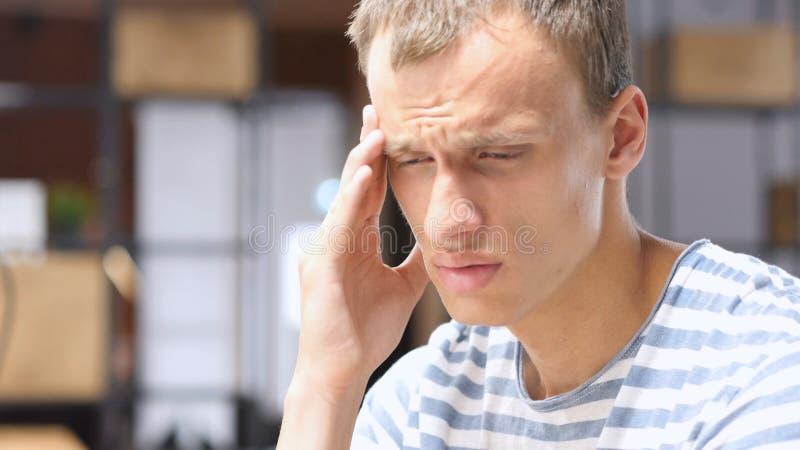 Homme d'affaires choqué soumis à une contrainte frustrant, perte de marché financier, réagissant aux actualités photographie stock libre de droits