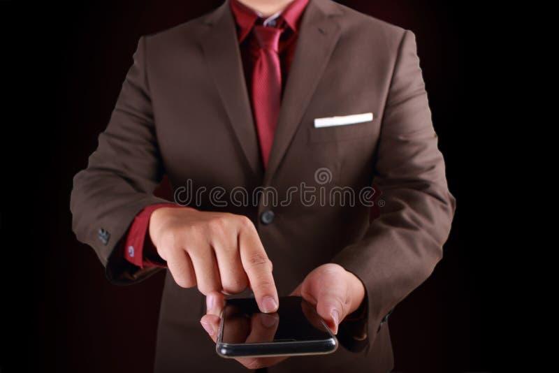 Homme d'affaires Click sur l'écran tactile intelligent de téléphone photographie stock libre de droits