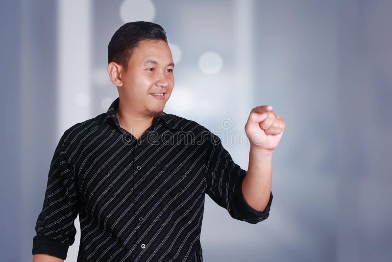Homme d'affaires cliquant sur l'écran virtuel de l'espace de copie photographie stock libre de droits