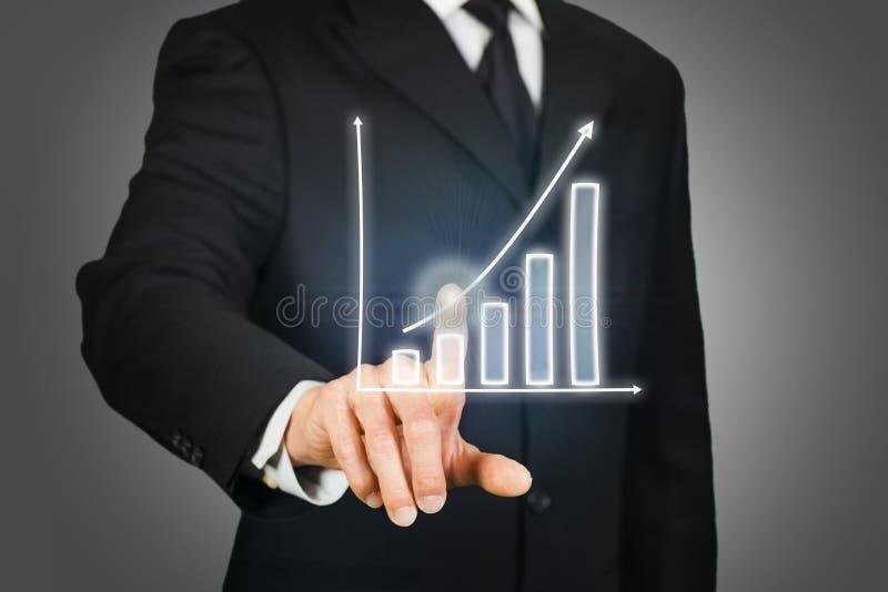 Homme d'affaires cliquant sur sur un diagramme en hausse images libres de droits