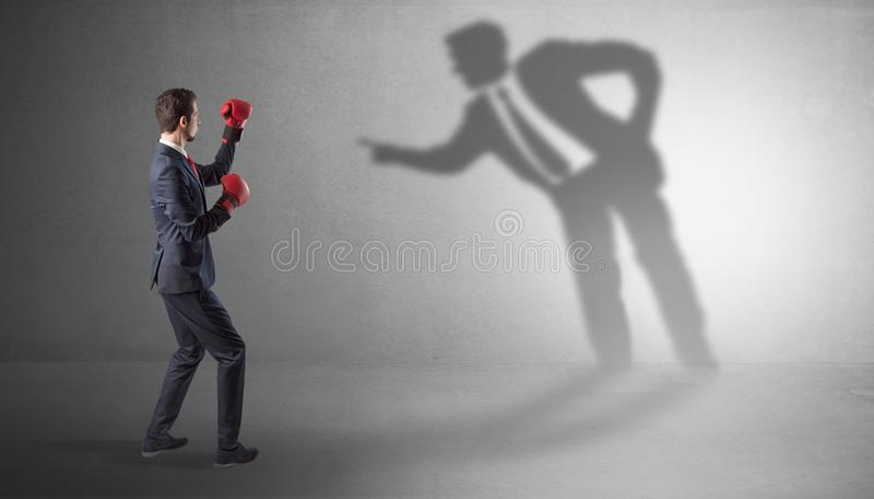 Homme d'affaires combattant avec son ombre autoritaire photo libre de droits