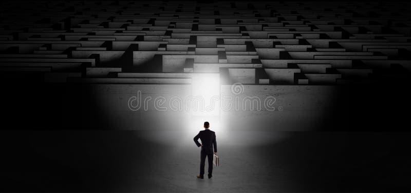 Homme d'affaires commençant un défi foncé de labyrinthe illustration stock