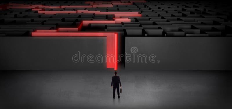 Homme d'affaires commen?ant un labyrinthe fonc? indiqu? photos libres de droits