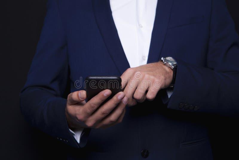 Homme d'affaires composant dans le téléphone photos stock