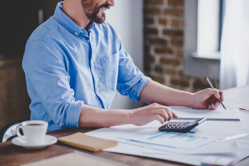 Homme d'affaires comptant le bureau de factures à la maison photo libre de droits