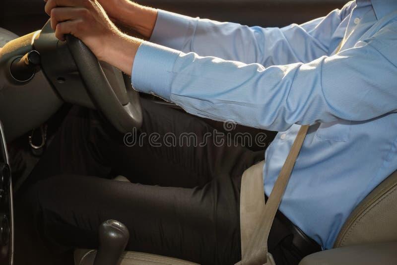 Homme d'affaires conduisant sa voiture conducteur masculin tenant le volant photo libre de droits