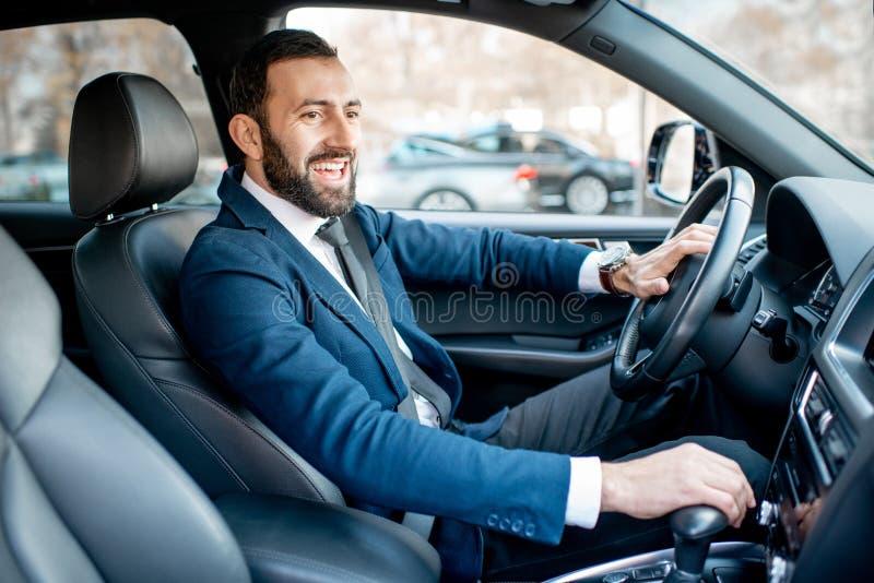 Homme d'affaires conduisant une voiture photo libre de droits