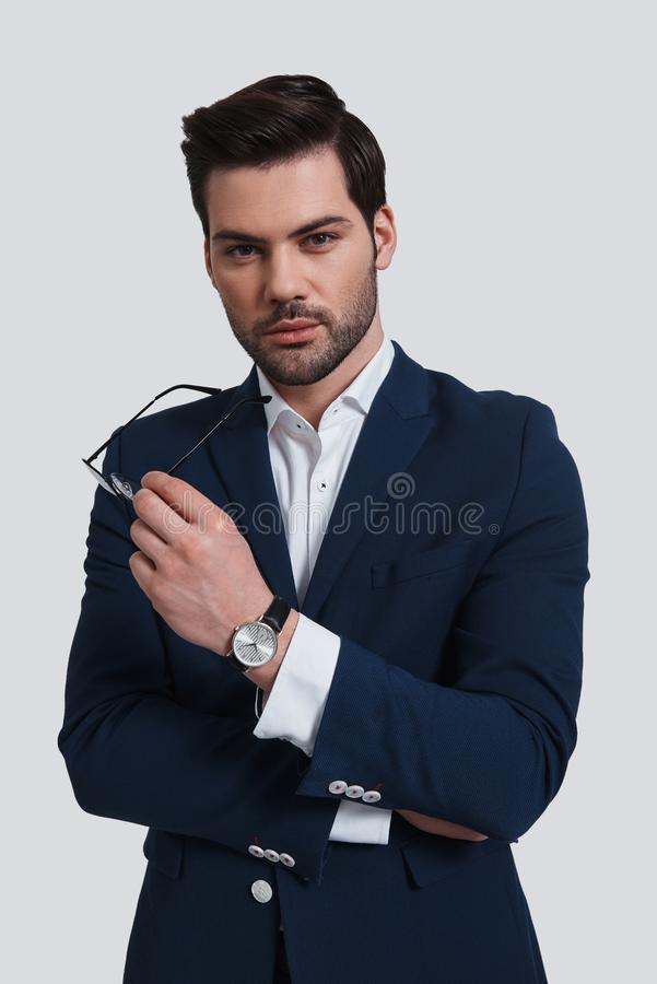 Homme d'affaires confiant Jeune homme beau dans le plein costume tenant a photographie stock libre de droits