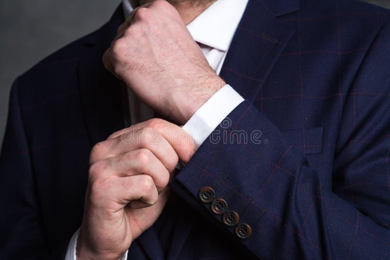 Homme d'affaires confiant Le tir cultivé de l'homme d'affaires dans le costume élégant redresse la douille photographie stock libre de droits