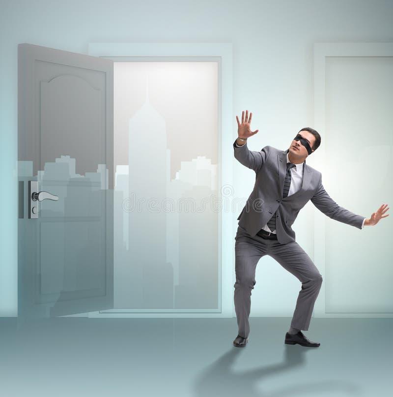 Homme d'affaires confus devant des portes photo libre de droits