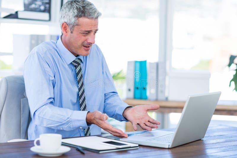 Download Homme D'affaires Confus Regardant L'ordinateur Portable Photo stock - Image du confus, homme: 56480514