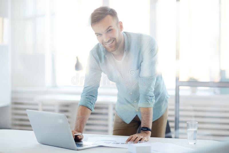 Homme d'affaires contemporain dans le bureau images stock