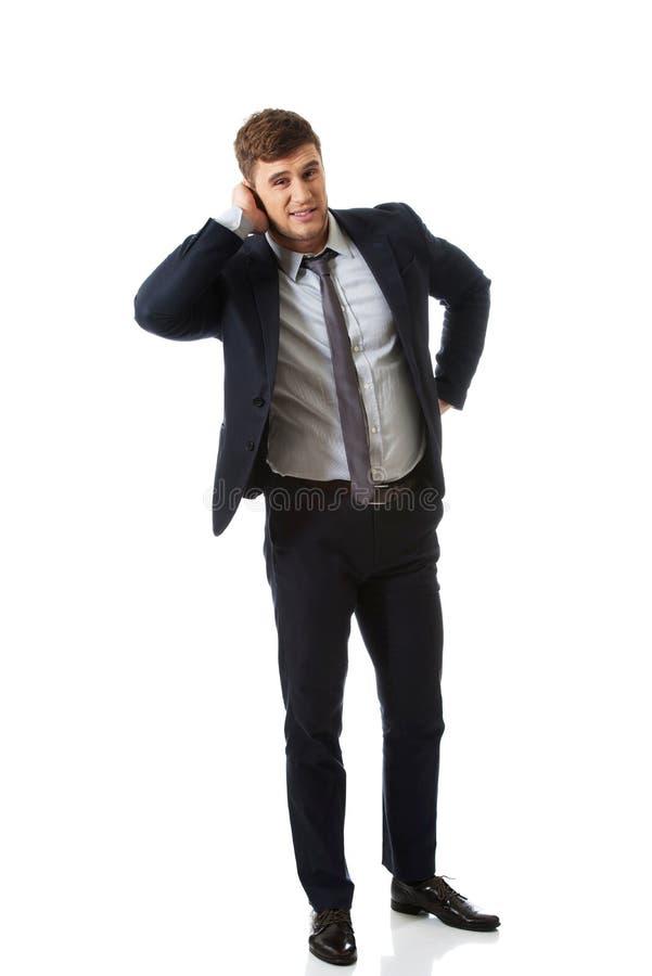 Homme d'affaires contrarié couvrant son oreille photo stock