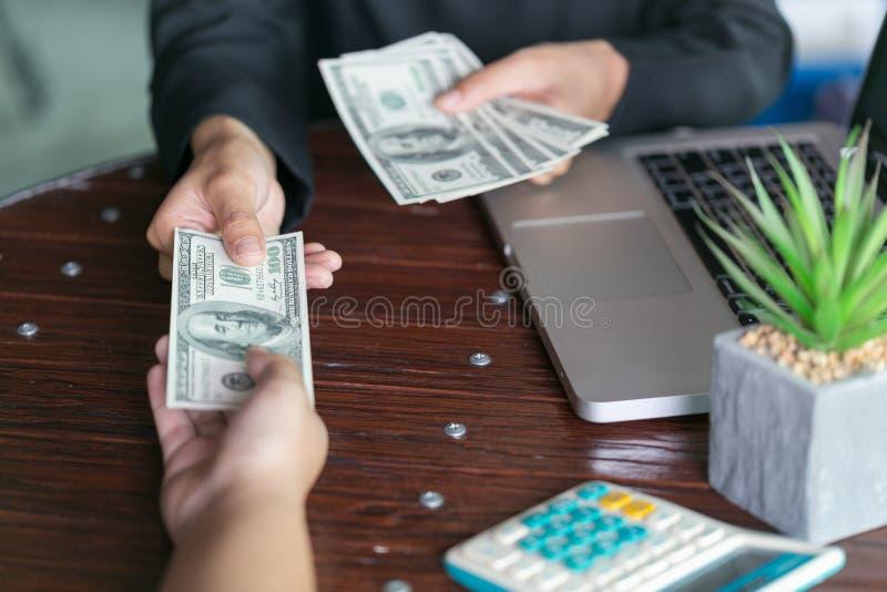 Homme d'affaires corrompu scellant l'affaire avec recevoir un argent de paiement illicite, un anti corruption et des concepts de  image stock