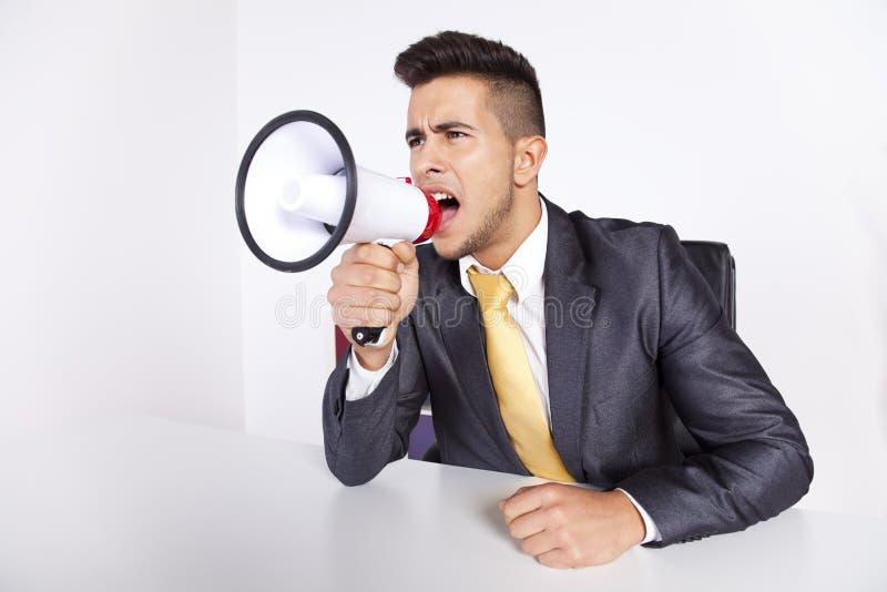 Homme d'affaires criant avec un mégaphone photo libre de droits