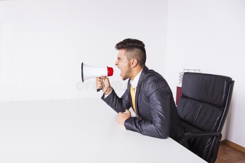 Homme d'affaires criant avec un mégaphone images stock