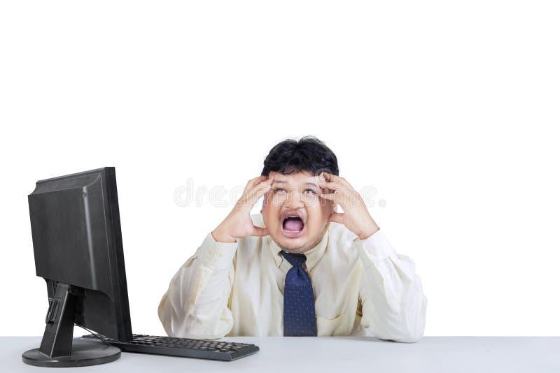 Homme d'affaires criant et exprimant stressant image stock