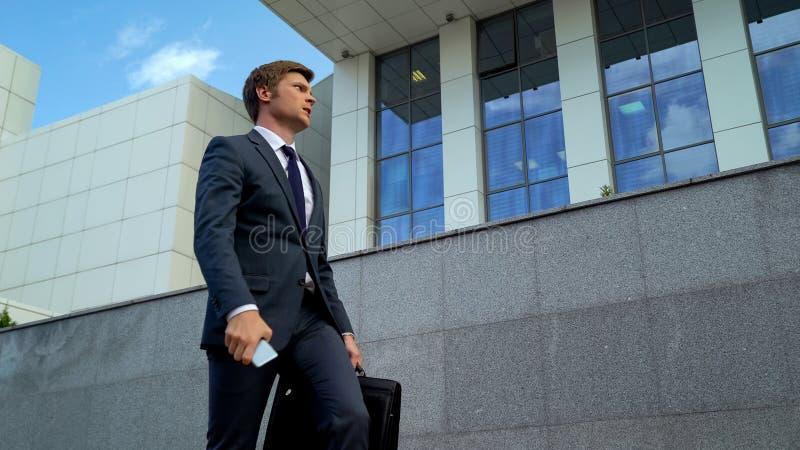 Homme d'affaires déçu par l'appel téléphonique, mauvaise nouvelle au sujet d'affaire, date-butoir échouante images stock