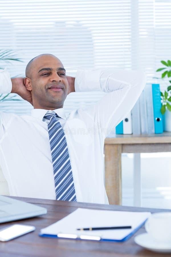 Download Homme D'affaires Décontracté Se Couchant Dans La Chaise Pivotante Image stock - Image du carrière, affaires: 56482649