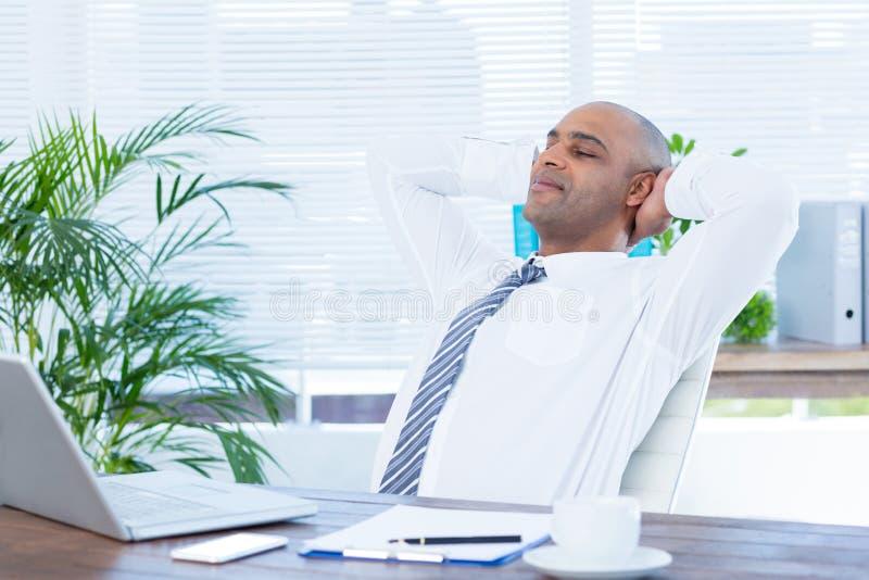 Download Homme D'affaires Décontracté Se Couchant Dans La Chaise Pivotante Image stock - Image du mâle, rectifié: 56483885