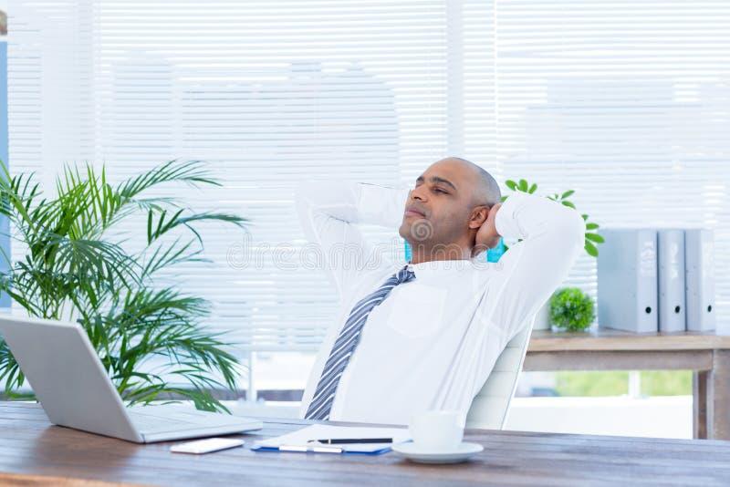 Download Homme D'affaires Décontracté Se Couchant Dans La Chaise Pivotante Image stock - Image du technologie, carrière: 56483897