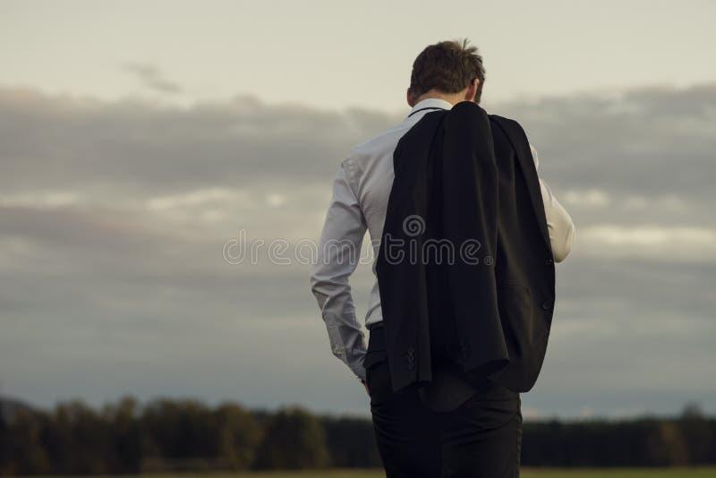 Homme d'affaires découragé se tenant dehors photo stock