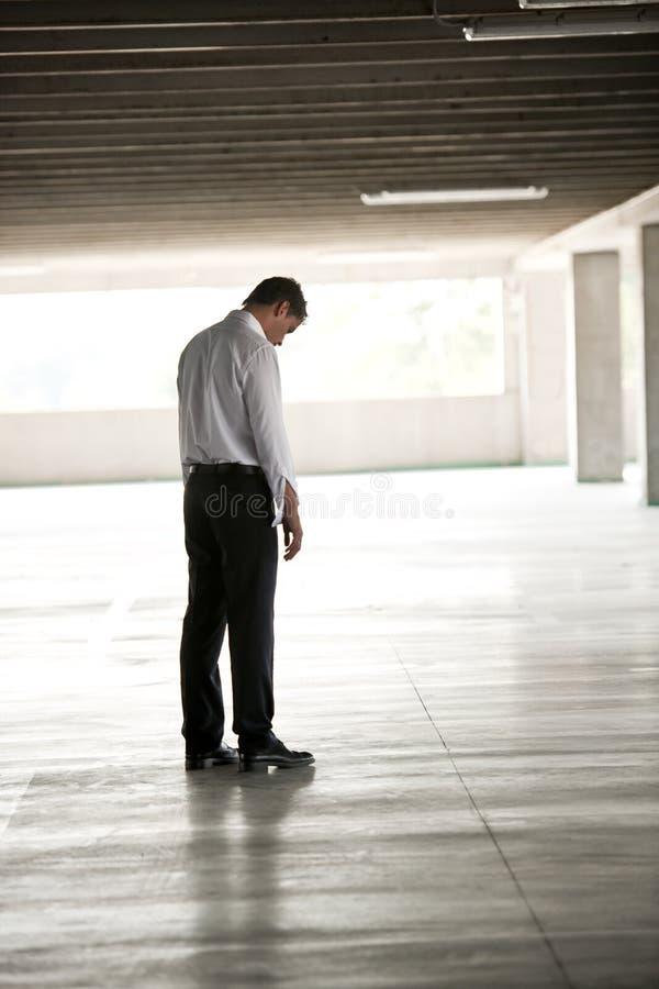 Homme d'affaires déprimé dans le stationnement d'Undeground photo libre de droits