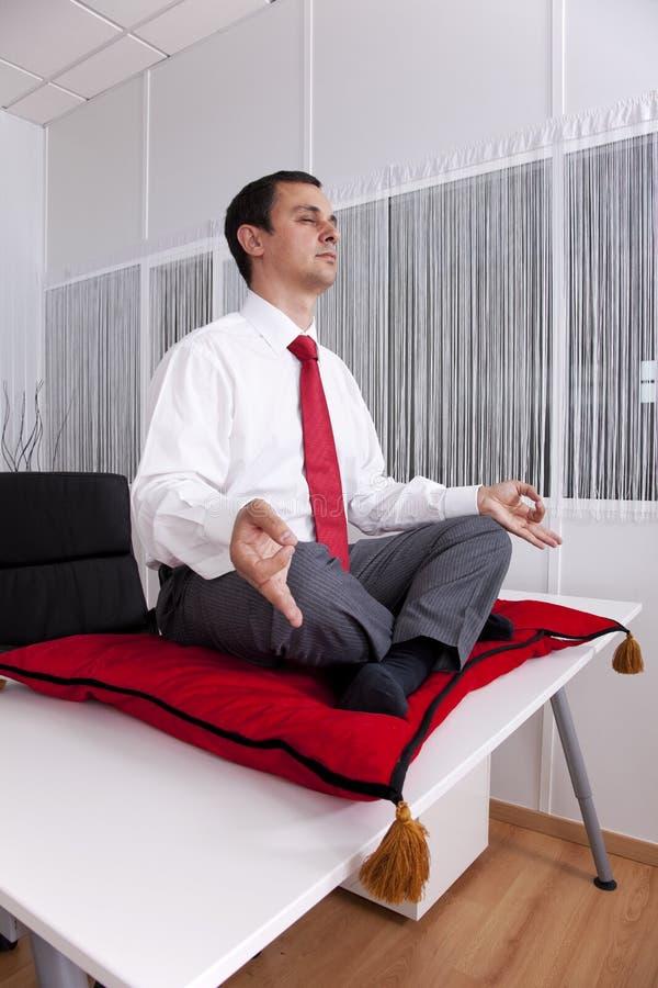 Homme d'affaires détendant au bureau images libres de droits