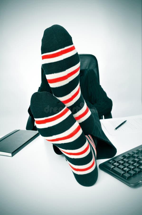 Homme d'affaires détendant dans le bureau image stock