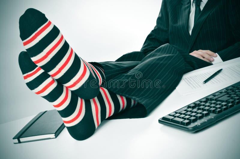 Homme d'affaires détendant dans le bureau images stock
