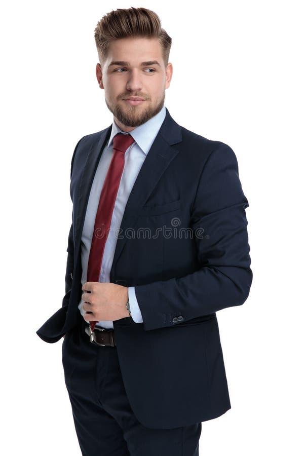 Homme d'affaires déterminé ajustant son lien photo libre de droits