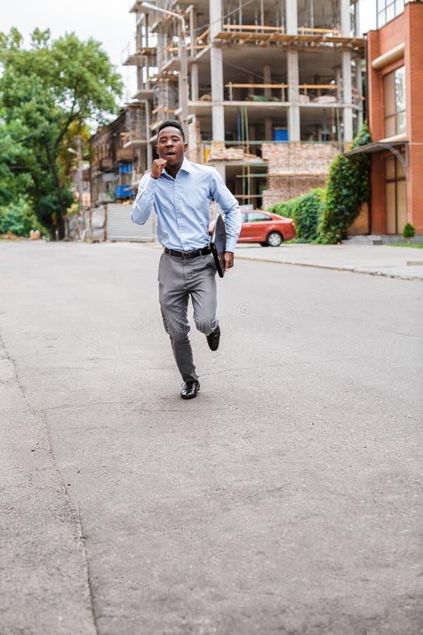 Homme d'affaires d'afro-américain avec la serviette photographie stock