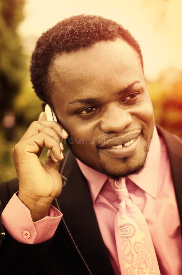 homme d'affaires d'afro-américain parlant au téléphone images libres de droits