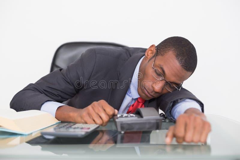 Homme d'affaires d'Afro se reposant au bureau au-dessus du fond blanc photo libre de droits