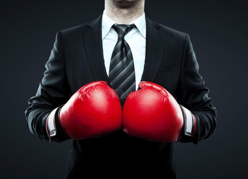 Homme d'affaires dans des gants de boxe photos libres de droits