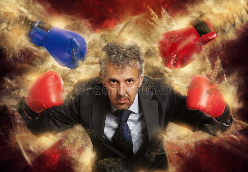 Homme d'affaires dans des gants de boxe sur le noir photo stock