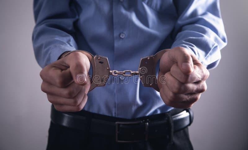 Homme d'affaires dans des menottes Crime d'affaires photographie stock libre de droits