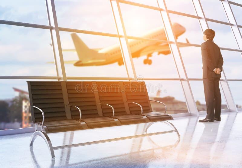 Homme d'affaires dans l'aéroport image stock