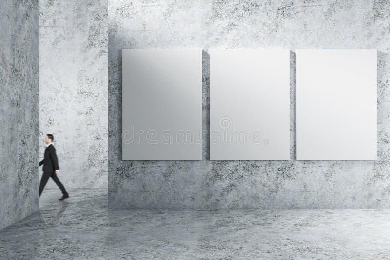 Homme d'affaires dans l'intérieur avec l'affiche vide images libres de droits