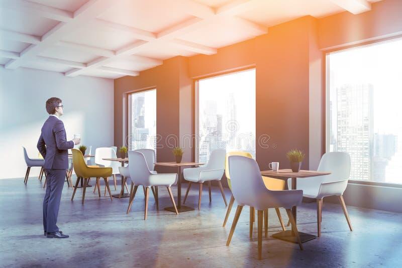 Homme d'affaires dans l'intérieur minimalistic de café photo stock