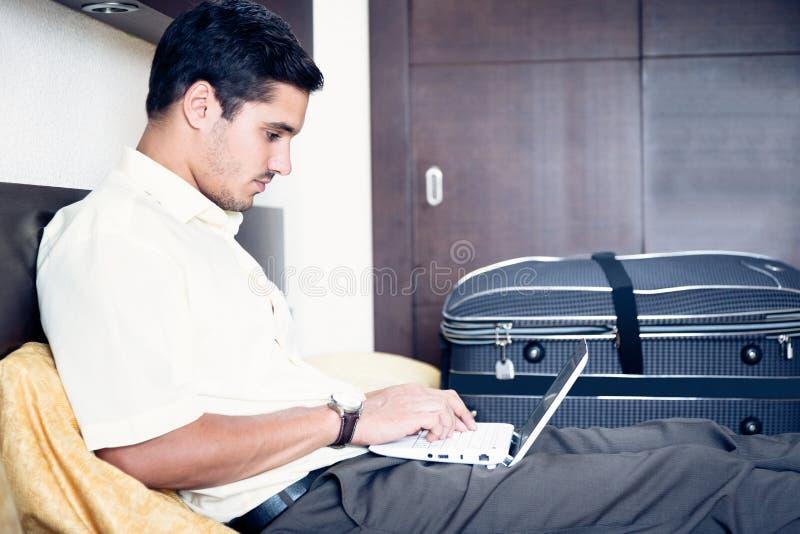 Homme d'affaires dans la chambre d'hôtel photographie stock