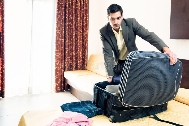 Homme d'affaires dans la chambre d'hôtel photos stock